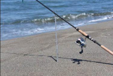 サーフ釣り装備で欠かせないサーフロッドスタンド